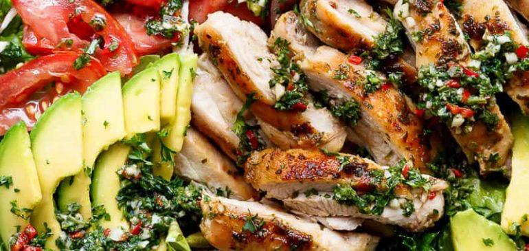 Salata cu pui grill, sos chimichurri si avocado (video)