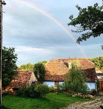 Viscri 32 – Casuta Albastra si Hambarul Alb din Transilvania